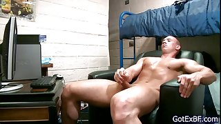 Muscled dude wanking his jizzster