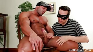 Muscled stud gets his fine penis sucked